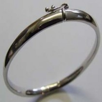 18ct White gold solid oval bangle. 16-22-001