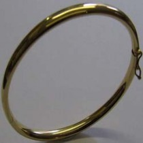 18ct Yellow gold bangle. 16-21-004